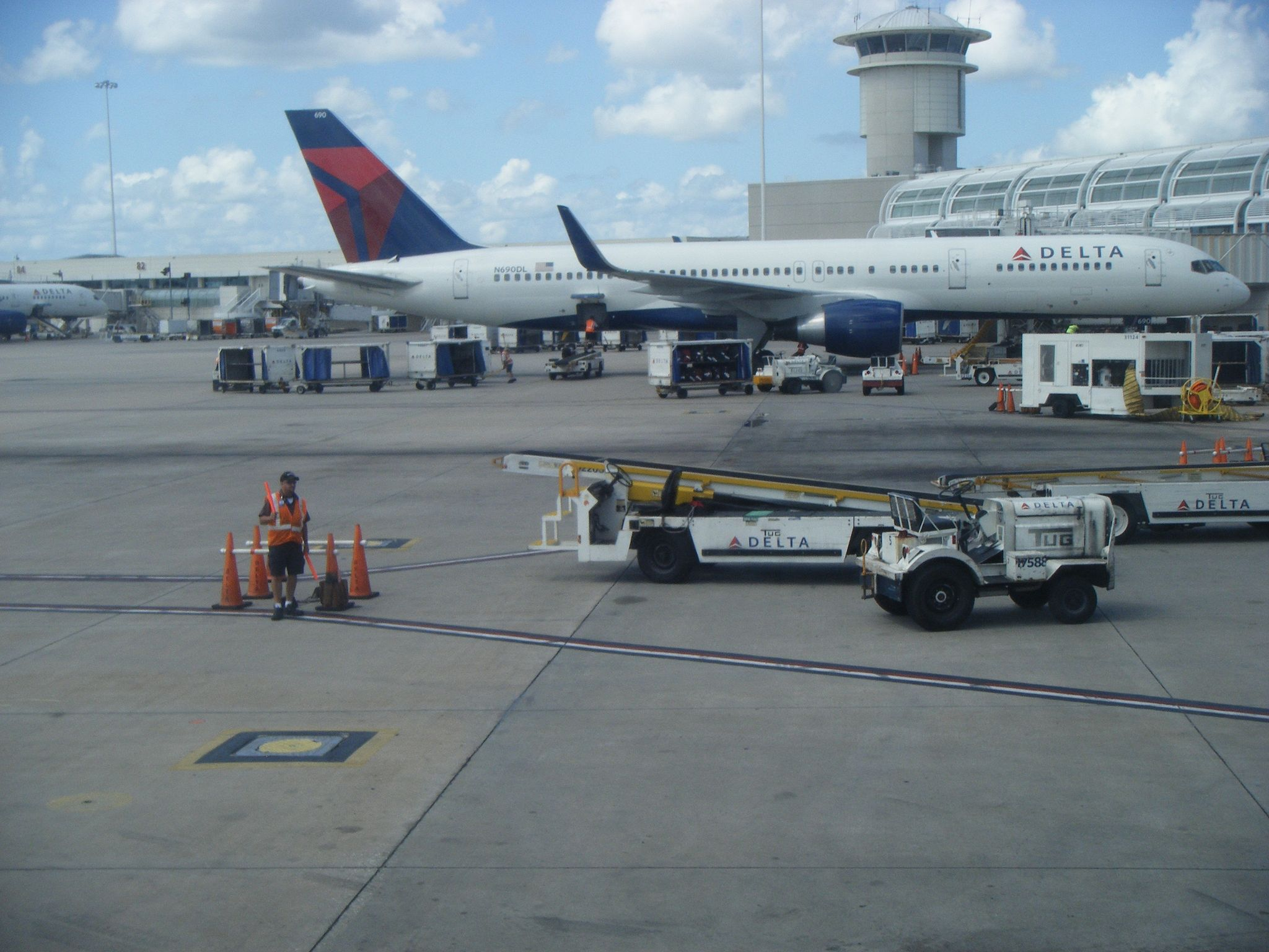 2048px-Delta_airplanes_at_Orlando_International_Airport